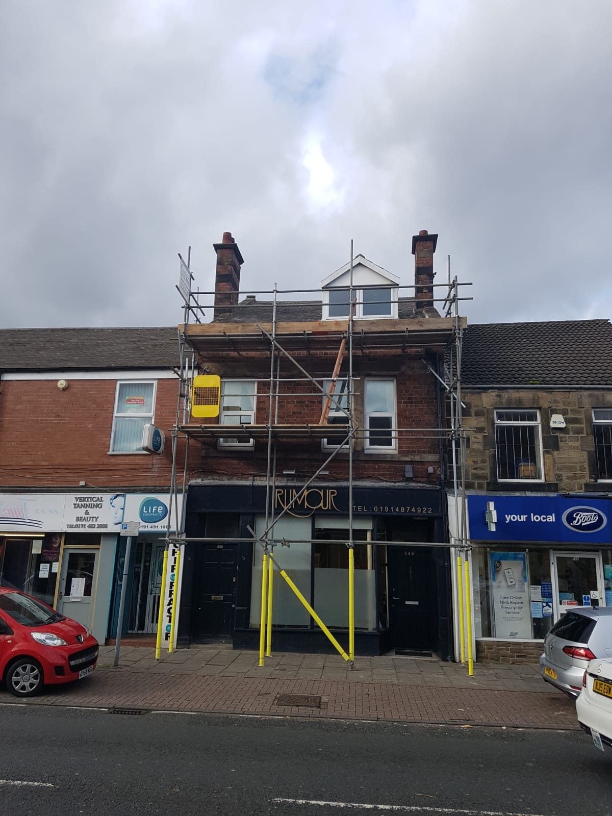 Independent scaffold on busy high street.