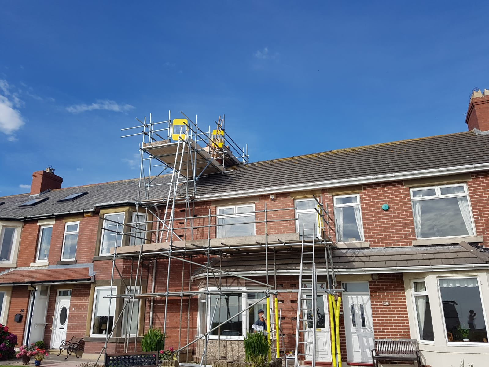 Independent scaffold with a chimney stack.